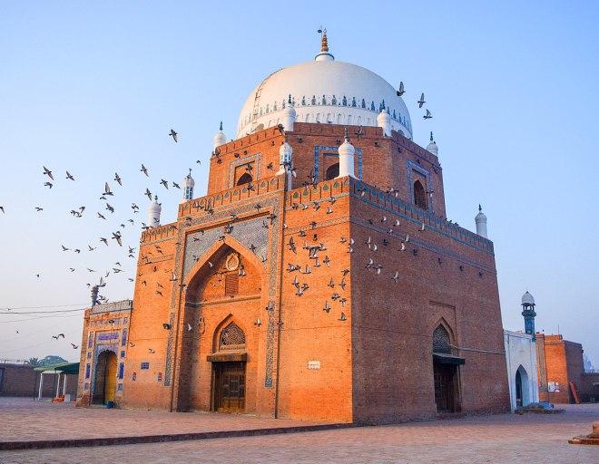 1200px-Splendid_Shrine_of_Hazrat_Baha-ud-din_Zakariya